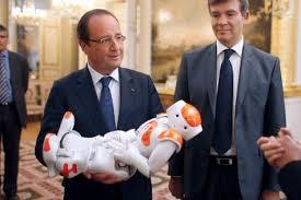 Holland et Montebourg met de succesvolle Franse robot NAO tijdens de presentatie van de nieuwe Franse industrie