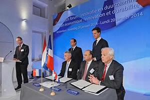 Ondertekening TAPAS 2 tussen Fokker, TenCate en Airbus tgv bezoek president Hollande aan NEderland op 22 januari 2014 (Bron: website Airbus)