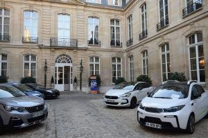 Auto's bij de Nederlandse residentie Parijs